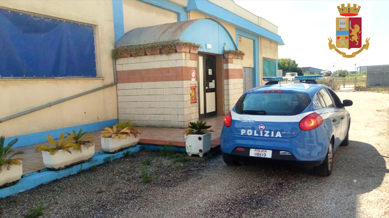 L'auto della Polizia all'esterno del night club di Montemarciano