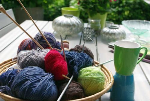 Fare la maglia, cucinare, colorare: ecco perché le attività manuali e creative aiutano contro l'ansia. Il parere della psicologa