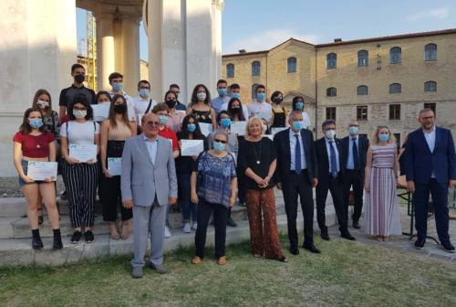 """Ancona, la Mole Vanvitelliana applaude """"Crediamo nei giovani"""" della famiglia Fileni: assegnate 30 borse di studio"""