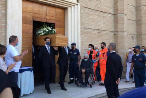 Omicidio di Jesi, l'ultimo bacio al feretro della moglie: Italo Giuliani trova la forza di partecipare al funerale della sua Fiorella