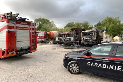 Rogo a Falconara Marittima, bruciati tre mezzi pesanti
