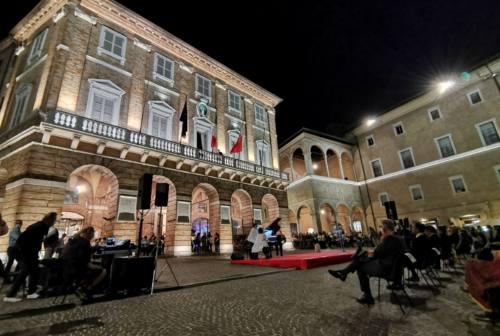 La piazza di Macerata si accende sulle note di Mozart. Carancini: «Bisogna avere la forza di sperimentare»