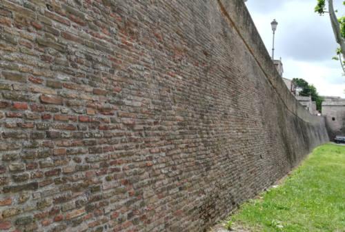 Ostra, mura ripulite. E parte l'attacco all'ex sindaco. Che replica