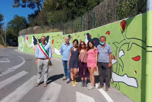 Pesaro, il murales di 30 metri nella via delle case di riposo: «Un segno di speranza»