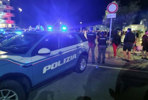 Spiaggia affollata nel sabato sera di Senigallia: raffica di sanzioni