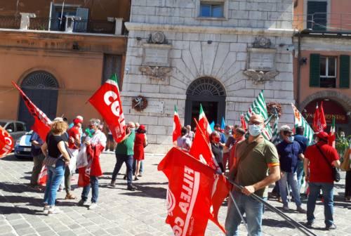 Ammortizzatori sociali,  sindacati e artigiani in presidio ad Ancona. «Ritardi inaccettabili»