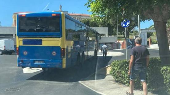 L'autobus in difficoltà alla rotatoria di via Cellini
