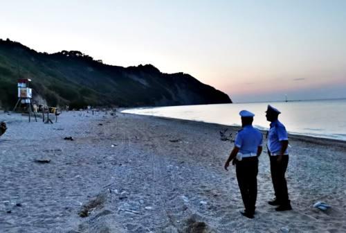 Bagnanti allontanati di sera dalla spiaggia di Mezzavalle