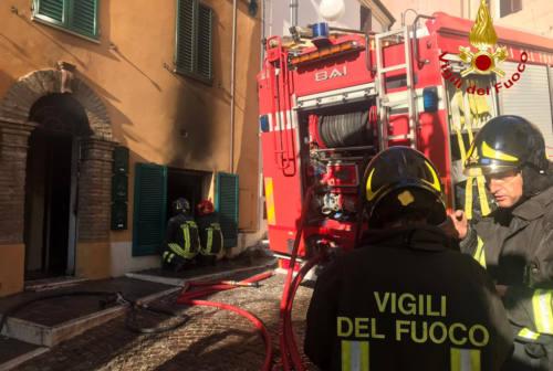 Agugliano, incendio in un appartamento. Due famiglie tratte in salvo