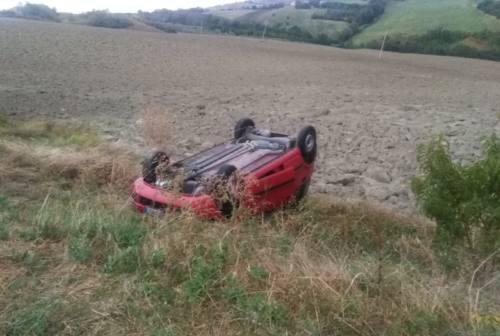 Maiolati Spontini: asfalto viscido, auto cappotta e finisce in un campo. Ferito il conducente
