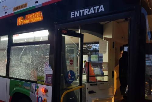 Ancona, vuole salire sul bus senza mascherina. Costretto a scendere, spacca due vetri