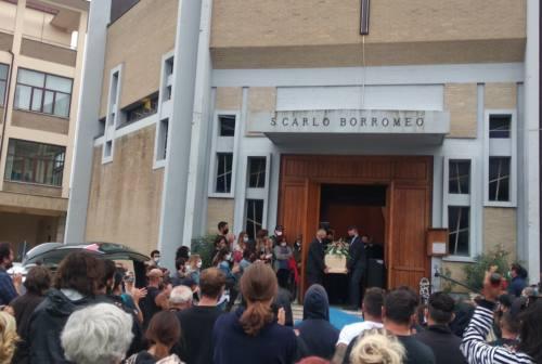 Osimo: in tanti al funerale di Emanuele Gualini, giovane morto in mare a Sirolo