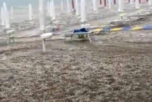 Fano e Marotta colpite dalla grandine: la spiaggia e A14 imbiancate – FOTO