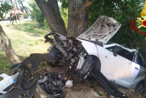 Schianto all'alba ad Auditore: auto contro un albero. Grave il 24enne al volante