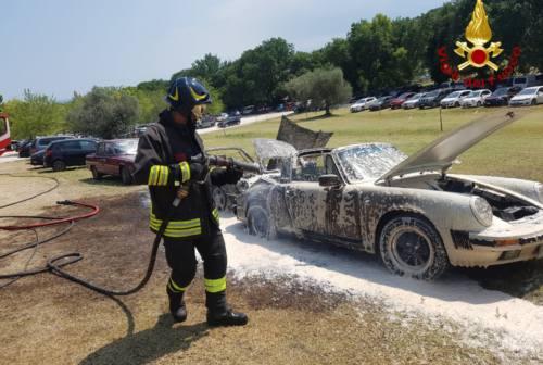 Sirolo, a fuoco due auto d'epoca