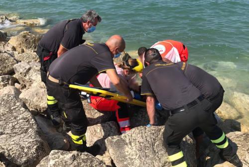 Scivola sugli scogli a Montemarciano, bagnante finisce in ospedale