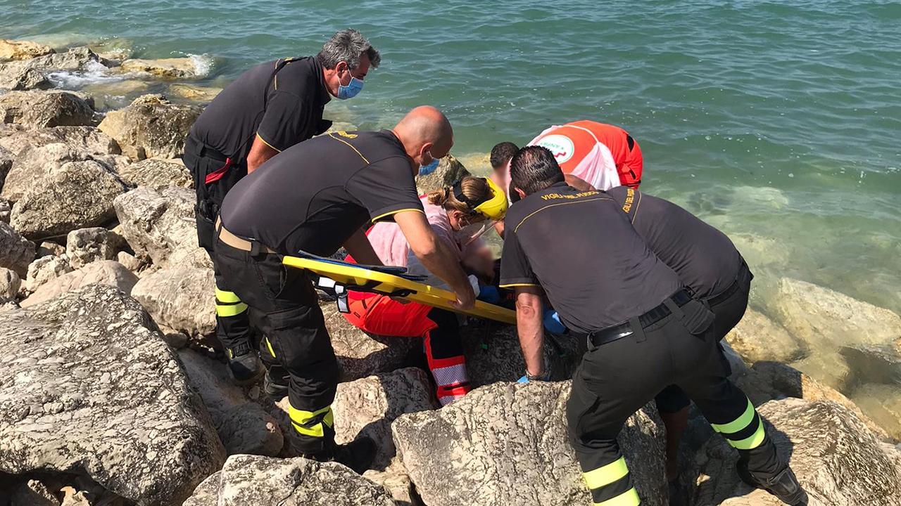Il soccorso da parte di 118 e Vigili del fuoco a una persona scivolata sugli scogli a Marina di Montemarciano