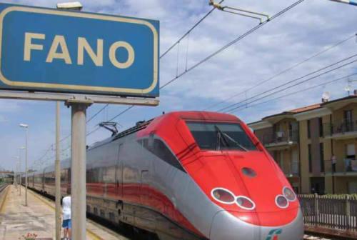 Fano, tenta il suicidio sedendosi sui binari: salvato dal dirigente di Marche Nord