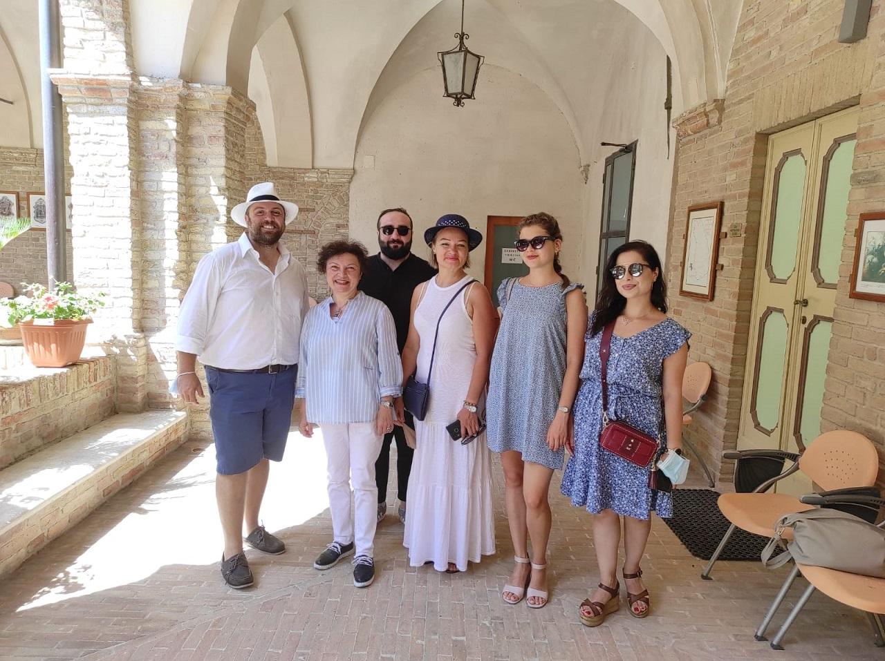 Guido Cariola (a sinistra) con alcuni solisti dell'Accademia d'arte lirica a Osimo