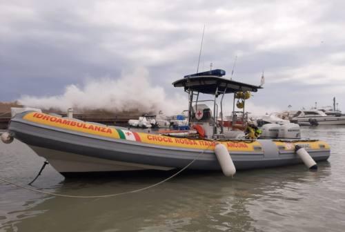 Ancona, giro in canoa da incubo: 12 turisti salvati dalle onde