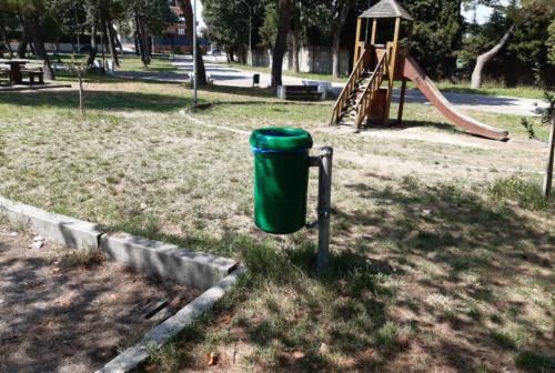 Falconara, installati 59 nuovi cestini. Cipolletti: «Troppi rifiuti nei parchi lasciati dai giovani»