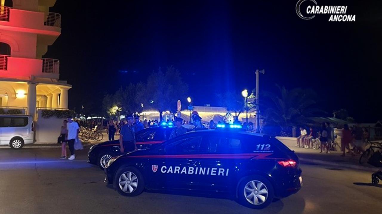 I controlli dei carabinieri sul lungomare di Senigallia