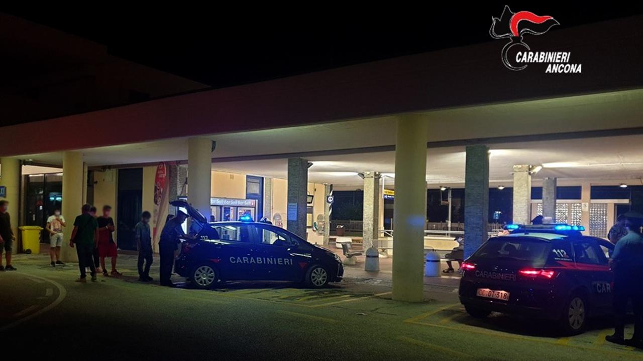 I controlli dei carabinieri alla stazione ferroviaria di Senigallia