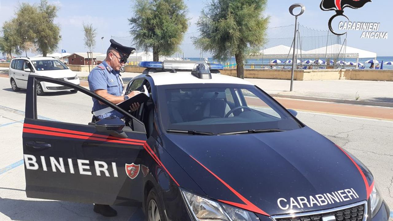 I controlli dei carabinieri sui venditori abusivi sulla spiaggia di Senigallia