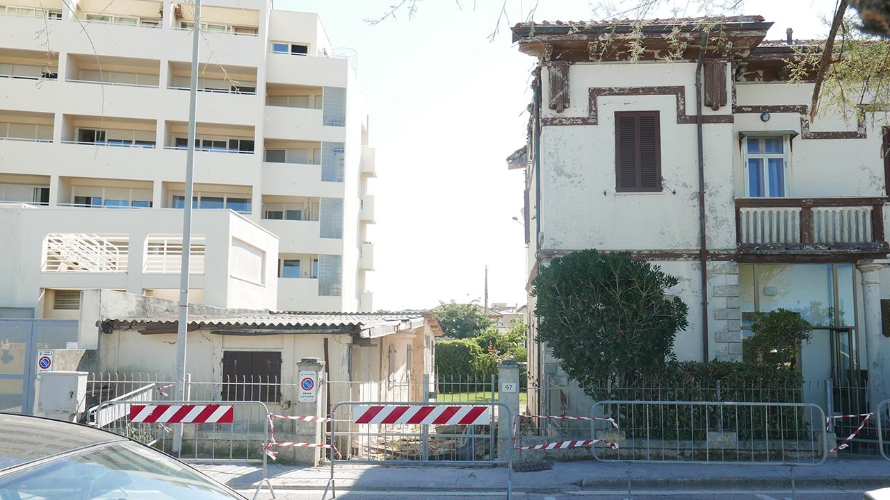 Rimossa una porzione del cornicione di un'abitazione sul lungomare Mameli di Senigallia