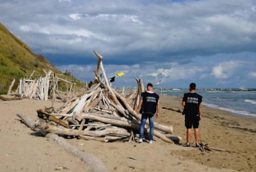 Pesaro, spiaggia di Focara liberata da 42 capanne abusive meta di bivacchi