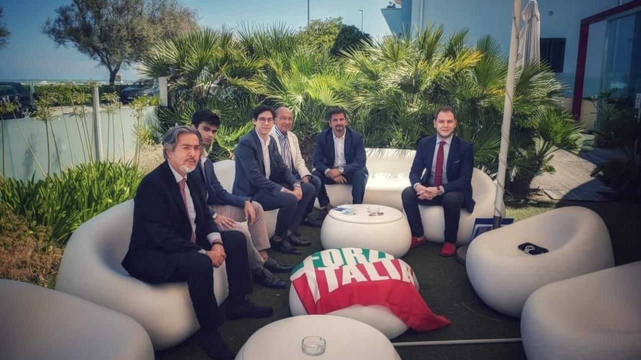 Il gruppo di Forza Italia Giovani Senigallia con i vertici locali e regionali