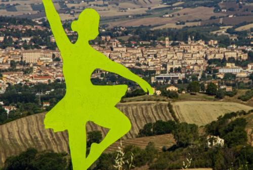Jesi, misteriose figure danzanti si materializzano in collina