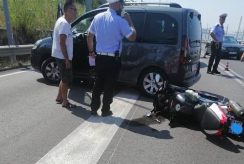 Fa inversione di marcia e travolge una moto, 54enne ferito
