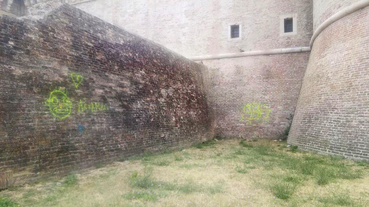 Imbrattate con la vernice spray le mura della rocca roveresca di Senigallia