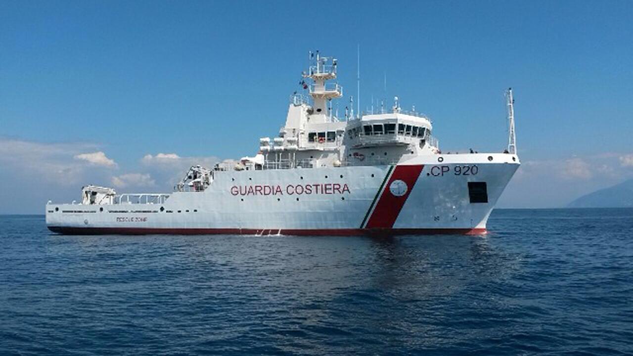La nave Bruno Gregoretti - Cp 920, una delle unità maggiori della Guardia Costiera, impegnata nel mare Adriatico in attività di controllo sulla pesca