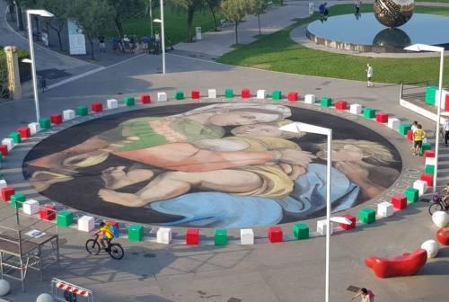 Pesaro, 21 metri di gessi colorati: ecco la Madonna della Seggiola che omaggia Raffaello