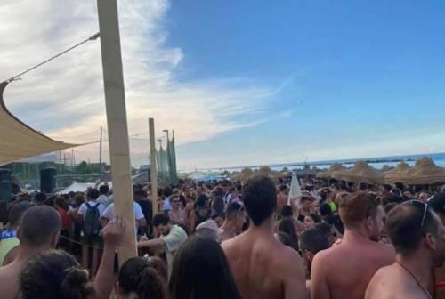 Pesaro, Ferragosto in spiaggia con feste e assembramenti: il sindaco chiede multe esemplari