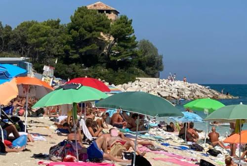 Portonovo e Mezzavalle, spiagge libere troppo affollate: prenotazione obbligatoria con iBeach anche durante la settimana