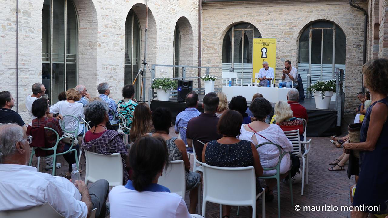 Uno degli incontri della rassegna Ventimilarighesottoimari in giallo, il festival del giallo a Senigallia (edizione 2019)