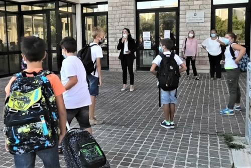 Mascherine e ingressi sfalsati: ad Ancona sindaco e assessori in visita nelle scuole