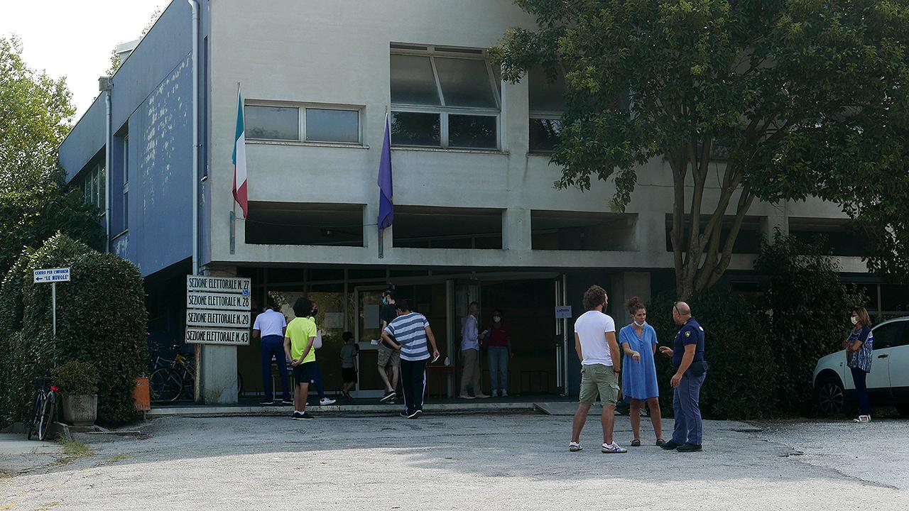 Elezioni comunali 2020, il seggio elettorale alla scuola primaria della Cesanella, a Senigallia