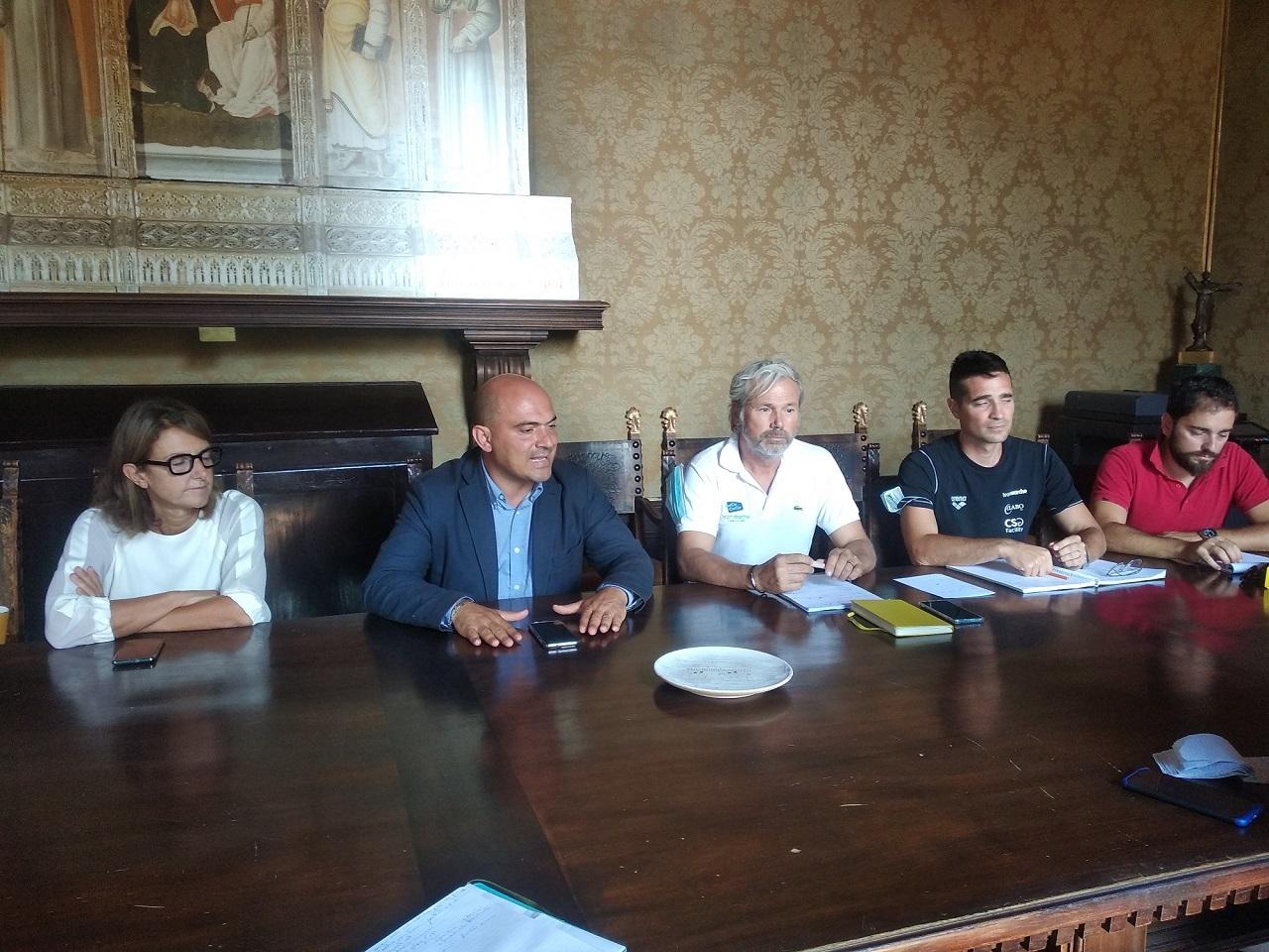 Da sinistra: il vicesindaco Paola Andreoni, il sindaco Simone Pugnaloni, il presidente della Team Marche Mirco Santoni, Luca Carbonari e Marco Mancini