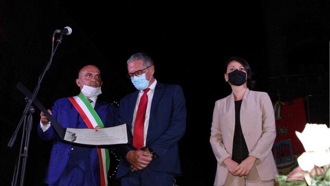 Il conferimento delle benemerenze: da sinistra il sindaco Simone Pugnaloni, l'onorevole Pietro Folena e l'assessore al Turismo Michela Glorio (foto Domenico Cappella)
