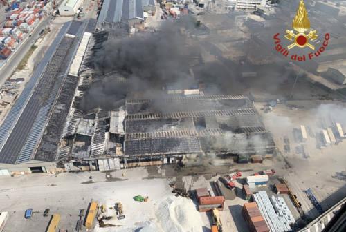 Incendio al porto di Ancona, nuova ordinanza del sindaco: «Netto miglioramento della qualità dell'aria»