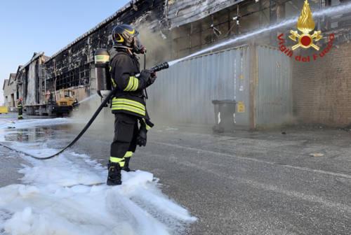 Incendio al porto di Ancona, non c'è acido cianidrico né amianto. Mancinelli: «Domani riapriamo tutto»