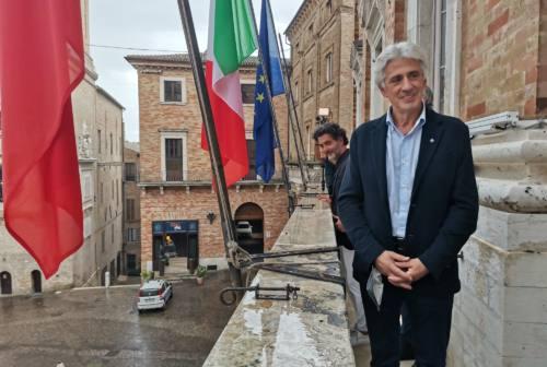 Amministrative, dopo oltre 20 anni il centrodestra vince a Macerata: grande festa per Sandro Parcaroli