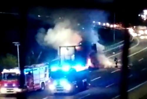 Fano, tir in fiamme sull'A14: autista sgancia il rimorchio e si salva