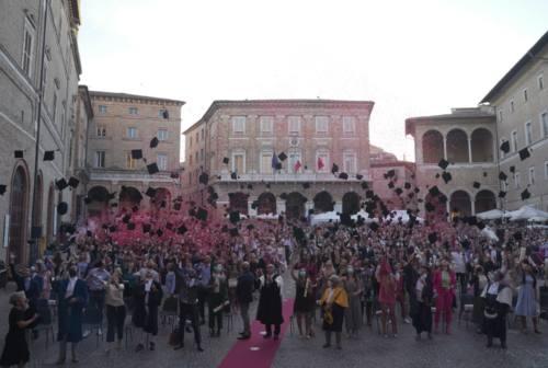 Il lancio dei tocchi e lo sguardo al futuro, chiusa la festa dei laureati Unimc