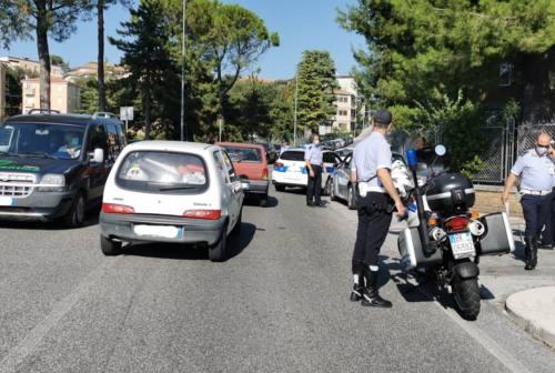 Inseguimento a Macerata dopo un incidente. Auto bloccata dalla polizia locale