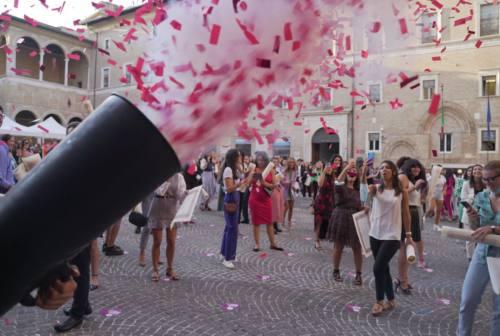 Pioggia di coriandoli rossi a Macerata. Finalmente festeggiano i laureati Unimc del lockdown